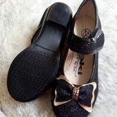 Красивые черные туфли для девочки.